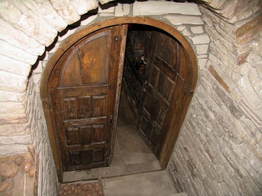 погреб со входной дверью